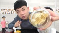 """试吃直接筑在瓶子里的""""蜂巢蜜"""", 连巢带蜜一起嚼着吃"""