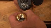 大叔用水管接头做一把锤子, 谁知道里面放那么多钢珠是干什么的?