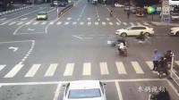 电动车女子明明看到了红灯, 还是冲了过去, 结果悲剧了!