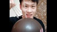 美食小吃货;美食小伙做扎不破的气球, 太入神容易被吓到