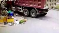 都说要远离大货车, 可这起车祸, 谁又能躲得过呢?