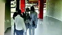 三个男子进银行抢劫, 保安发现不对劲, 瞬间锁门!