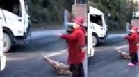 """公路发生车祸 村民趁机拦路收""""过路费"""""""