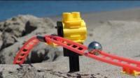 国外一小伙做了一个玩具过山车, 在海滩上奔跑
