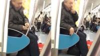 大爷地铁嗑瓜子 乘客出言劝阻反遭怼
