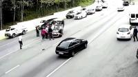 白色SUV左转不看后视镜, 轻松将黑色SUV顶翻车!