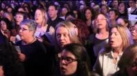 泪奔! 唱诗班百人合唱小红莓乐队的《Zombie》, 感动!
