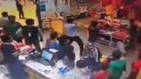 猥琐男超市偷拍女子遭其儿子暴打
