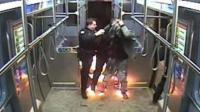 男子火车上泼汽油纵火 警方迅速将其制服
