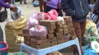 越南春节前的农村集市, 女人卖的这是什么年货? 有网友认识吗