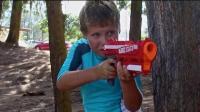 国外一名父亲正在为自己的孩子们拍摄, 玩具枪大战