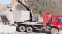挖掘机吊装石头, 太伤机械臂了!