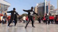 十堰小伙在广场跳鬼步舞 后面大爷疯狂输出 太牛叉了 #这就是街舞#