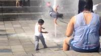 女孩被喷泉冲离地面1米多高后空翻坠地