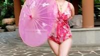 琼花舞魅:乐享生活原创温泉池边即兴清跳随意伞舞短视频:难忙的温泉乡音乐版