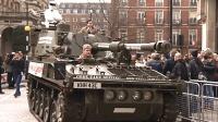 英国能买坦克? 粉丝开坦克堵BBC大楼要求其留下最作死汽车人!
