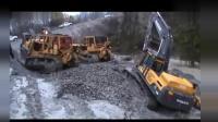 两台推土机把深陷泥潭的沃尔沃挖掘机拖回地面!