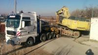 看看挖掘机司机的卸车表演, 这样的挖掘机卸车场面极少见