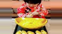 小女孩吃元宝巧克力, 这么小就拍视频好可爱