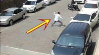 女司机刚停下车, 旁边经过一辆摩托车, 监控拍下可怕一幕!