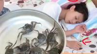 爆笑恶搞: 老公拿一盆大螃蟹整蛊睡觉的老婆! 媳妇吓得够呛!