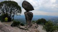 福建大山有一怪石摇摇欲坠几百年而不掉下来, 太险了