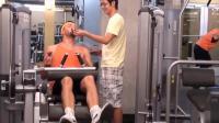健身房恶作剧: 一边健身一边吃垃圾食品, 脑子绝对有坑