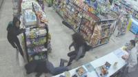 两小偷商店内遇劫匪 默契配合将其打趴