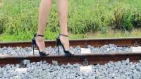 美女穿着25厘米的高跟鞋走轨道, 真怕摔着她!