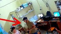 男子到店里复印证件, 监控却拍下男子缺德的一幕!