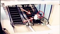 爷爷奶奶抱着孙子去商场, 行至电梯处发生意外, 监控拍下全过程!
