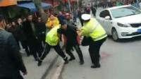 重庆交警执法被刺身亡 倒地前紧抓嫌犯不放