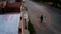 两女子准备出门, 没有监控, 都不知她们经历了什么
