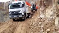 实拍: 日立挖掘机在山坡上干活, 给奔驰卡车装石头