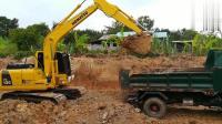 实拍: 小松PC130挖掘机给小货车装车过程