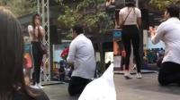 男子下跪求婚 女友激动捂脸转身离去?