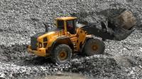用遥控远程操作的挖掘机, 仔细看了之后才发现都是玩具车!