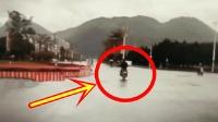视频车跟在摩托车后面行驶, 突然感觉不对劲, 恐怖一画面发生了