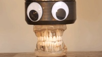 小伙用液压机压假牙真是嘎嘣脆, 网友: 就是看的人有点牙疼!