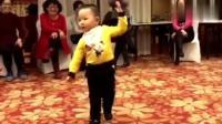 4岁小宝宝跳广场舞, 让广场舞大妈都汗颜