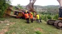 铲车翻车, 卡特挖掘机救援直接把她拎起来, 起来之后自己又跑了!