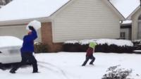 大宝贝让爸爸捏一个雪球, 结果爸爸直接砸了过去, 我肚子笑痛了!