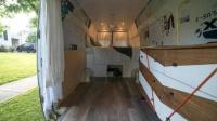 女子花万元把货车改成房车, 坏处就是每晚都得停在公共厕所旁