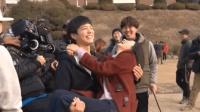 原来男演员抱着女演员奔跑镜头是这么拍出来的 导演都能看笑场了