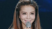著名主持人朱迅与王欢演唱《漂洋过海来看你》, 听了莫名的感动!