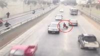 行驶中的男子突然摔倒, 轿车直接压了过去, 司机崩溃了