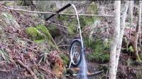 用废弃的自行车轮胎做的水轮机, 太有创意了
