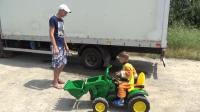 爸爸的货车陷在沙坑里动弹不得, 打电话叫儿子开挖掘机前来救援!
