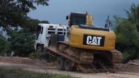 实拍卡特320D挖掘机上拖车过程