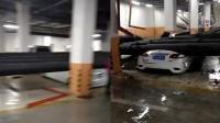 """小区地下停车场管道脱落 轿车被砸成""""铁饼"""""""